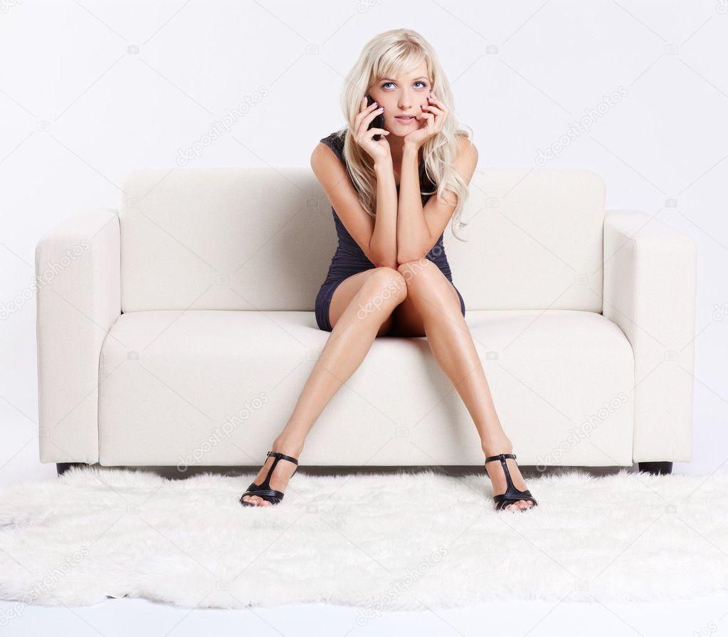 Профессиональные снимки молодой модели на белом диване  552913