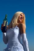 Braut mit Flasche — Stockfoto