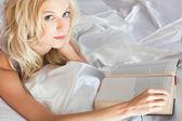 Girl in the bed — Stockfoto