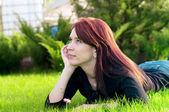 Linda mulher deitada na grama verde — Fotografia Stock