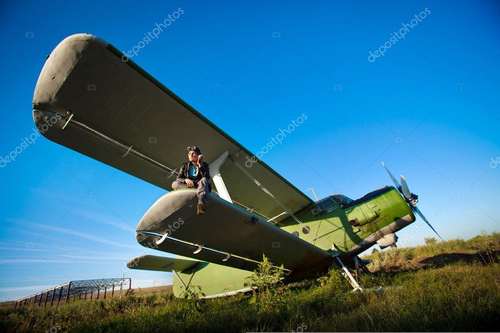 老式飞机的机翼上
