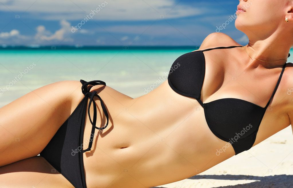 Woman with  beautiful body on a tropical beach — Stock Photo #5649586