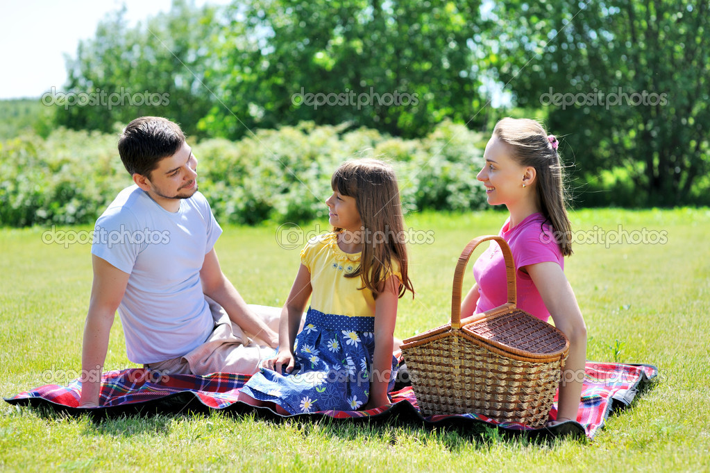 Family on picnic at sunny day — Stockfoto #6339884