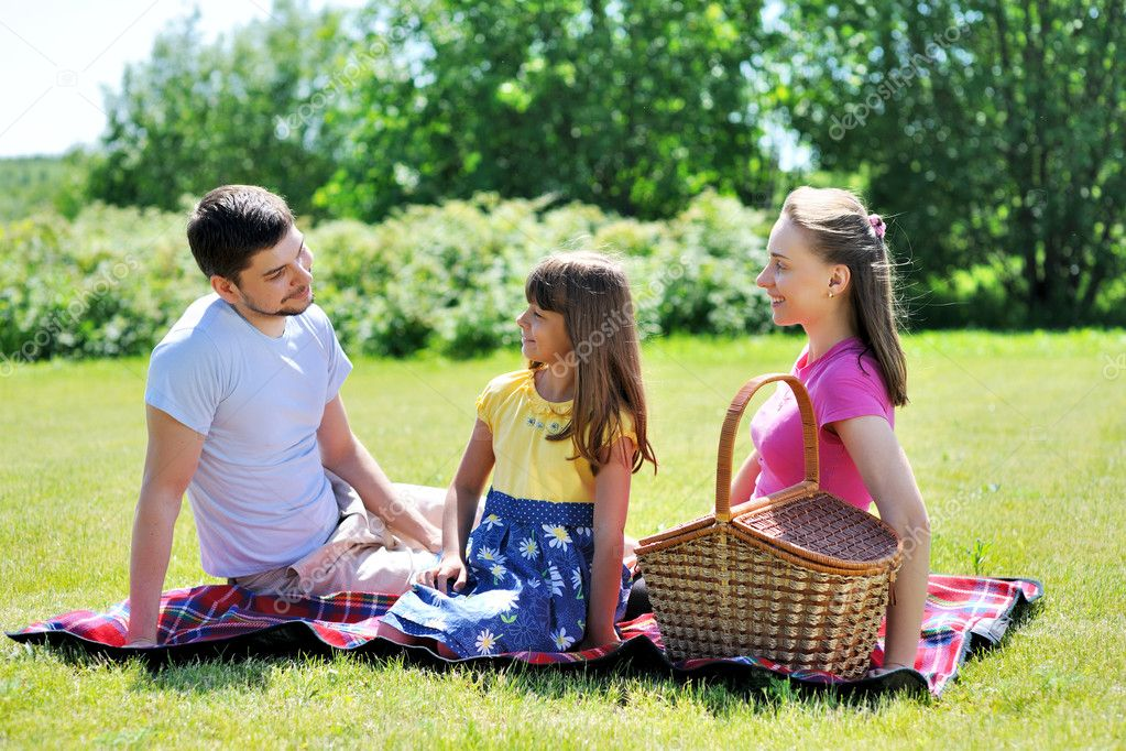 Family on picnic at sunny day — Stock fotografie #6339884