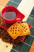 чашка кофе с многие бобы вокруг — Стоковое фото