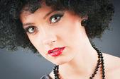 年轻有吸引力的女孩与黑人的卷发发型 — 图库照片