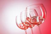 Gläser Wasser gegen Hintergrund mit Farbverlauf — Stockfoto
