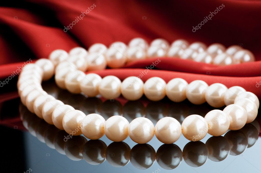 Pearls necklace on satin background — Stock Photo #5666722