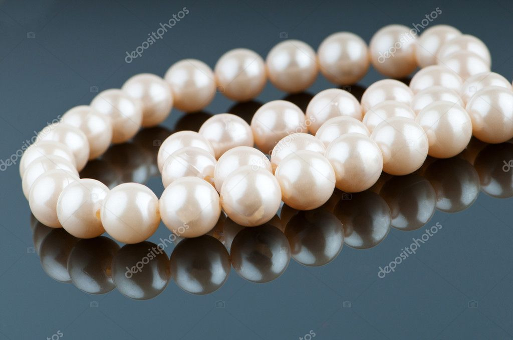 Pearl necklace in fashion and beauty concept — Stock Photo #5666772