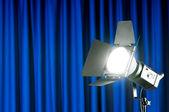 Perdeler ve projektör ışığı alan metni içeren — Stok fotoğraf