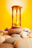 砂時計の勾配に対する小石 — ストック写真