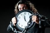 Homme enchaîné à l'horloge — Photo