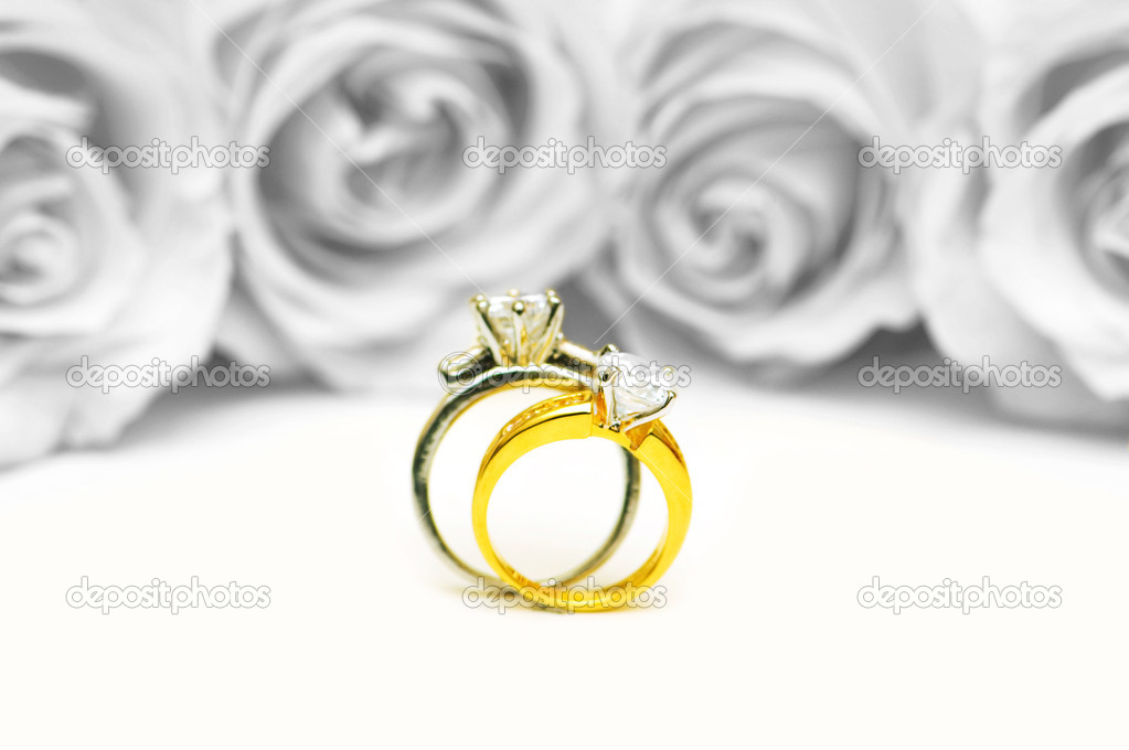 Wedding concept with roses and rings — Zdjęcie stockowe #6083306