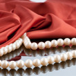 Pearls necklace on satin background - 图库照片