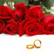 Wedding concept with roses and rings — Stok fotoğraf