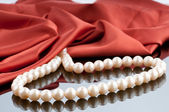 Collier de perles sur fond satin — Photo