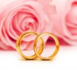 Wedding concept with roses and rings — Stock Photo #6279239
