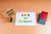 Artículos escolares en el escritorio — Foto de Stock