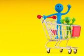 Família feliz com carrinho de compras — Foto Stock