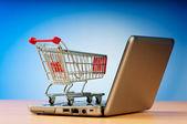 Internet online zakupy koncepcja z komputera i koszyk — Zdjęcie stockowe