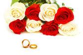 Concepto de boda con rosas y anillos — Foto de Stock