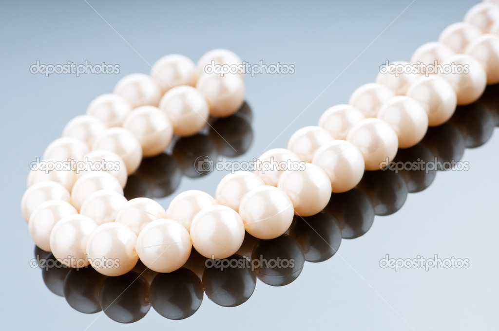 Pearl necklace in fashion and beauty concept — Stock Photo #6350679