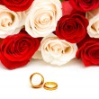 Wedding concept with roses and rings - Zdjęcie stockowe