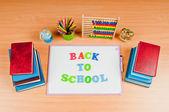 Schulmaterialien auf dem schreibtisch — Stockfoto