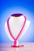 Pearl necklace against gradient background — 图库照片