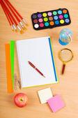 Vuelta al concepto de escuela con muchos artículos — Foto de Stock
