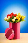 Giftbox e tulipas contra fundo gradiente — Foto Stock