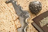 Matza pane per la celebrazione della pasqua ebraica con la torah — Foto Stock
