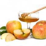 rosh hashana için olgunlaşmış taze elma ile izole tatlım — Stok fotoğraf