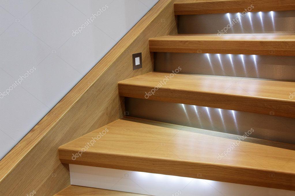 treppe mit holzstufen und beleuchtung stockfoto. Black Bedroom Furniture Sets. Home Design Ideas