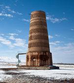 Zabytkowa wieża burana Kirgiską w górach — Zdjęcie stockowe