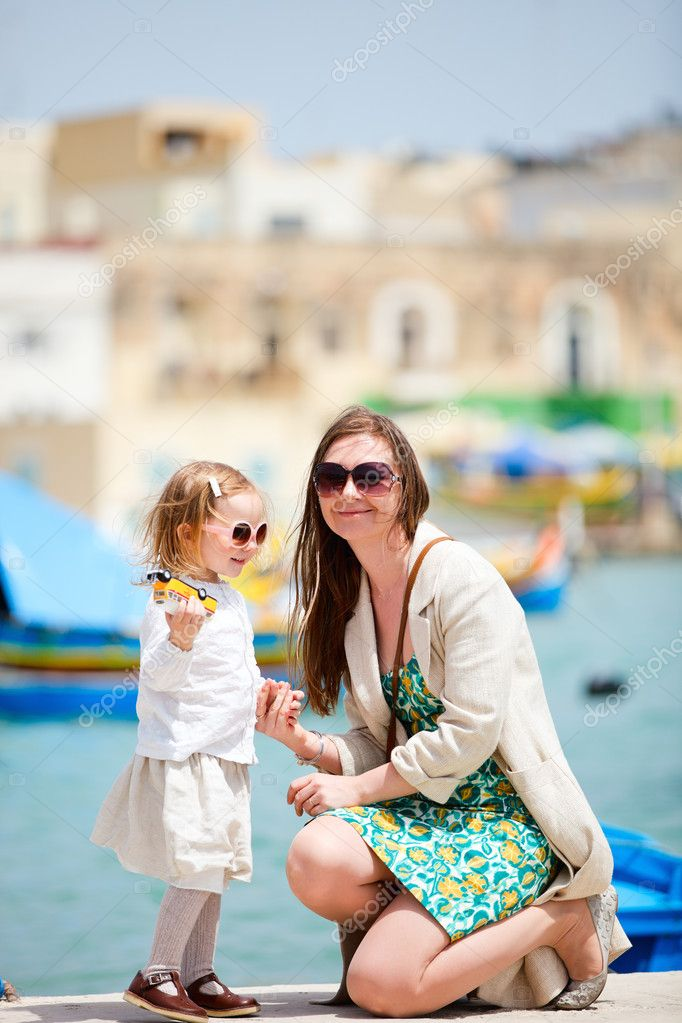 Mother and her little daughter outdoors in European city — Stock Photo #5560256