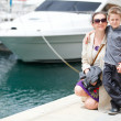 moeder en zoon in harbor — Stockfoto