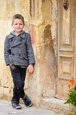 Портрет мальчика на открытом воздухе — Стоковое фото