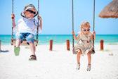 Małe dzieci, kołysząc — Zdjęcie stockowe