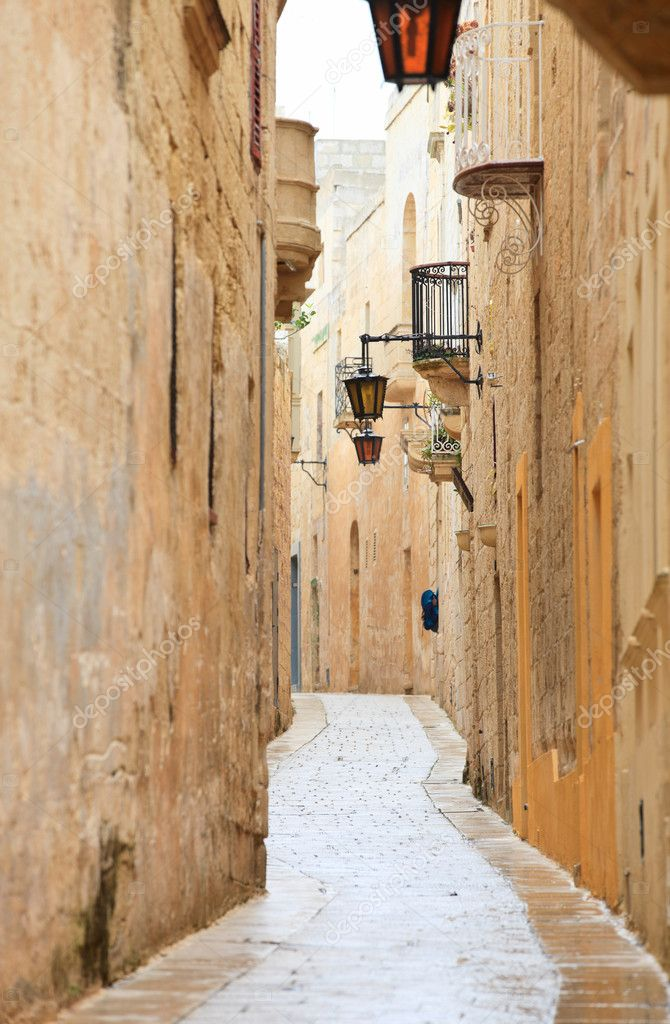 Narrow medieval stone paved street in Mdina the former capital of Malta — Stock Photo #5898777