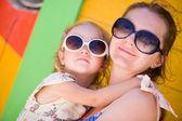 母亲和女儿在加勒比地区度假 — 图库照片