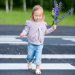 Little girl crossing road — 图库照片