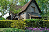 Old English style cottage in Hyde Park, London — Stock Photo