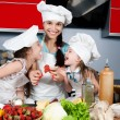 Mother and two daughters in the kitchen — 图库照片