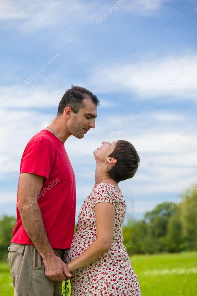 Муж смотрит на то как его жену фото 586-325