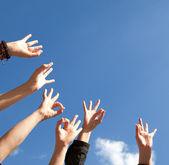 Mãos rised acima no ar, céu — Foto Stock
