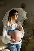 Piękna kobieta w ciąży z parasolem — Zdjęcie stockowe