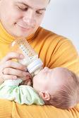 Vader verpleegster pasgeboren baby — Stockfoto