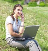Kadın defter ile oturup çimenlerin üzerinde — Stok fotoğraf