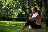 草の上に座っている女性 — ストック写真